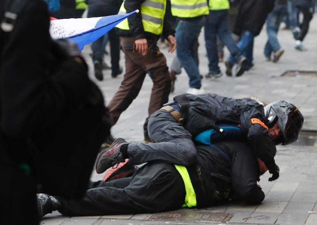 """Un policier en civil immobilise un manifestant lors d'une action des """"gilets jaunes"""" le 2 février 2019 à Paris"""