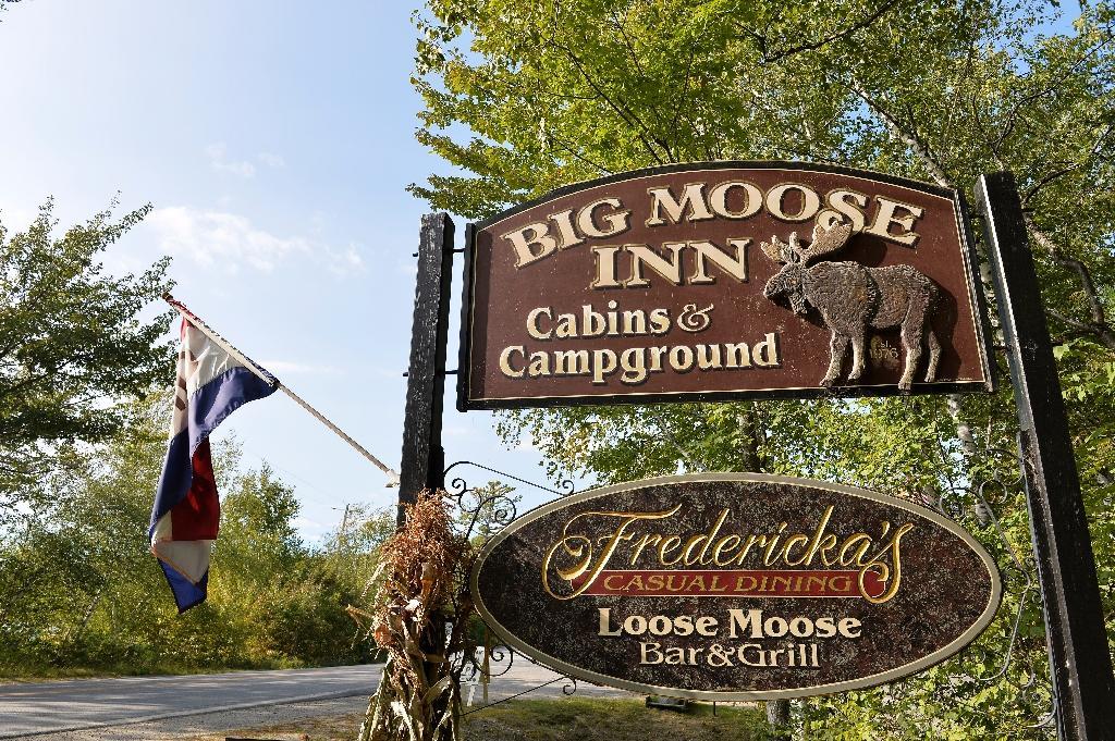 """Un panneau pour l'entrée de l'auberge """"Big Moose Inn"""", à Millinocket dans l'Etat américain du Maine, où s'est tenu un mariage devenu événement """"ultra-propagateur"""" du Covid-19, ici en septembre 2020"""