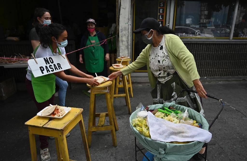 Une soupe populaire aide les personnes affectées économiquement par la pandémie dans la ville de Guatemala, le 15 septembre 2020