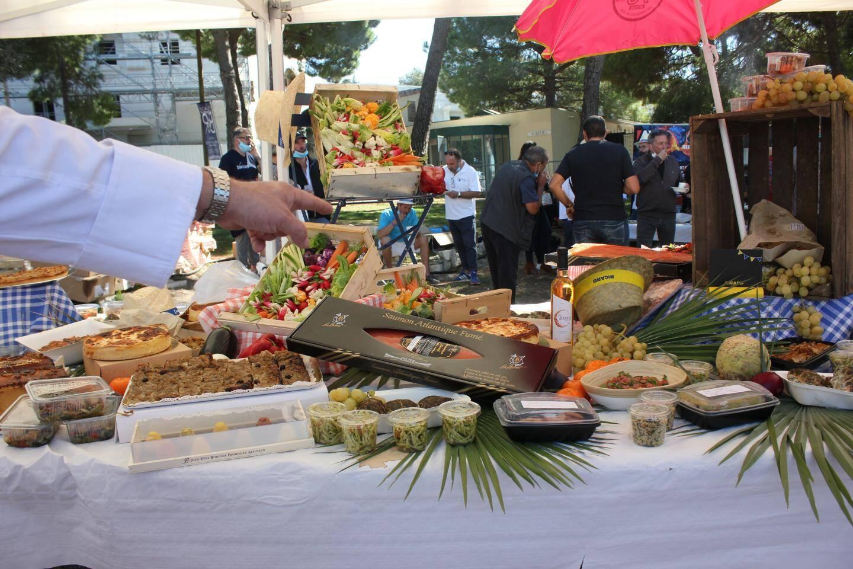 Le buffet préparé par les chefs proposait des produits variés.