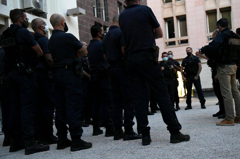 """Le """"briefing"""" dans la cour de l'hôtel de police."""