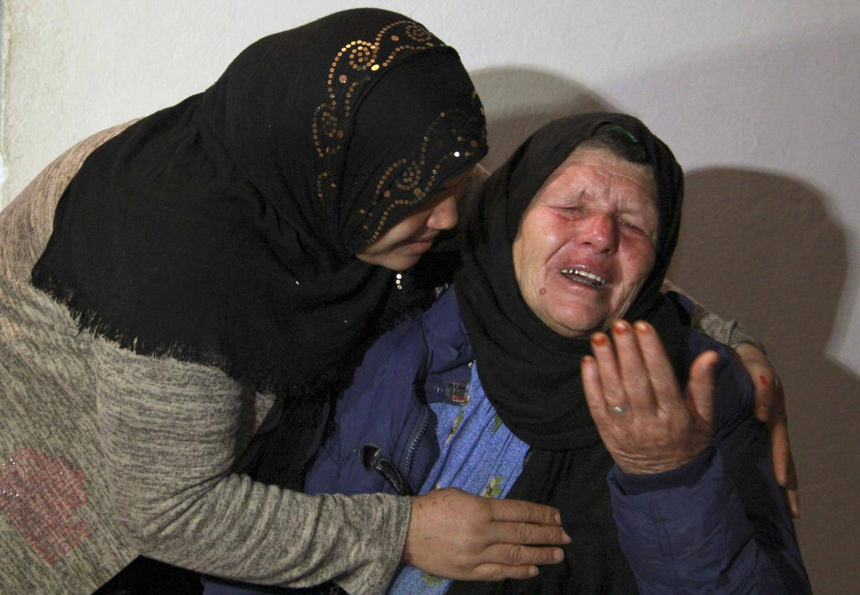 Kmar (à droite),la mère de Brahim A. dans sa maison de Sfax en Tunisie après avoir appris que son fils est le principal suspect de l'attaque terroriste en la cathédrale Notre-Dame de Nice.