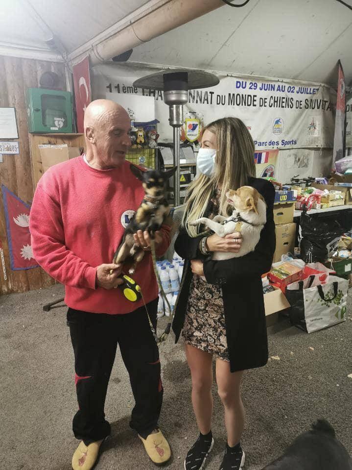 Patrick Villardry et Cassie Weredyn avec dans leurs bras, les deux chihuahuas.