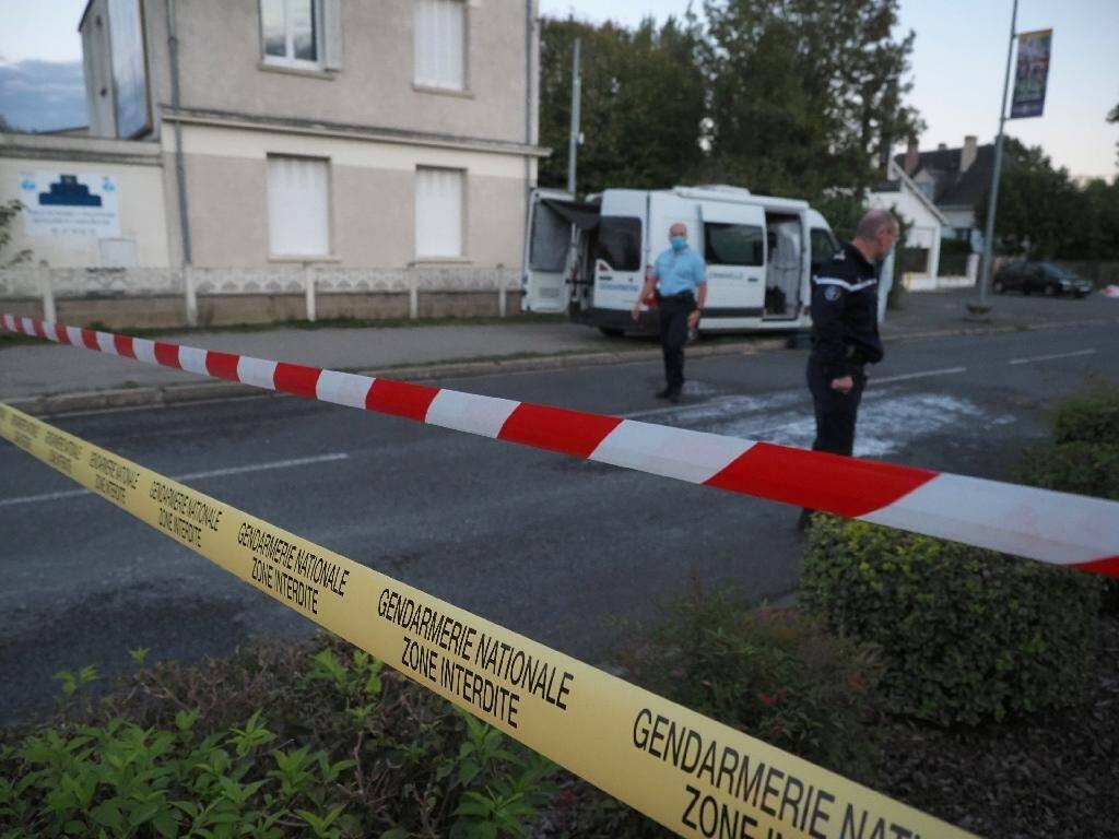 Des gendarmes à Loches (Indre-et-Loire) après la collision d'un ULM avec un avion de tourisme qui a fait 5 morts, le 10 octobre 2020