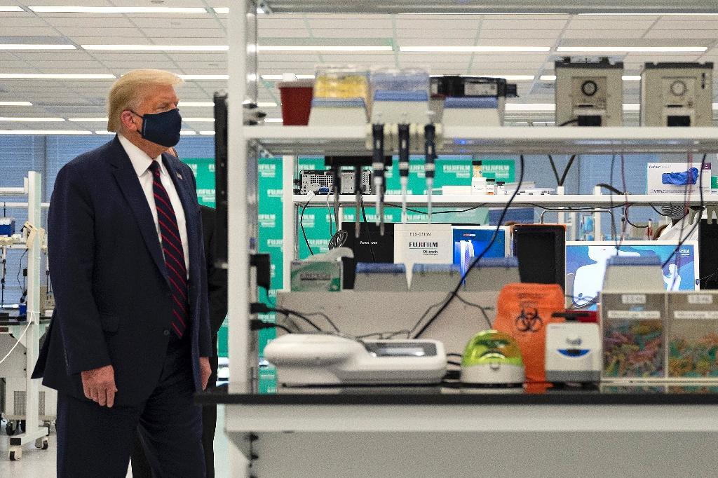 Donald Trump visite un laboratoire à Morrisville, en Caroline du Nord, le 27 juillet 2020