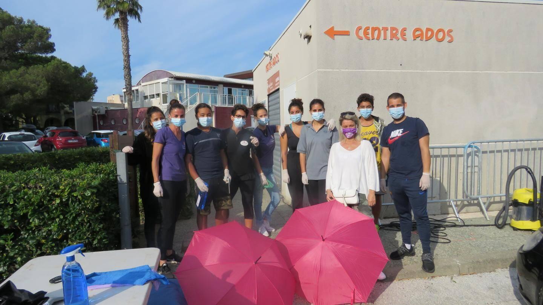 """L'équipe d'ados assurant l'opération """"car wash"""" pour la recherche médicale, sous l'œil de Céline Garnier, adjointe au maire."""