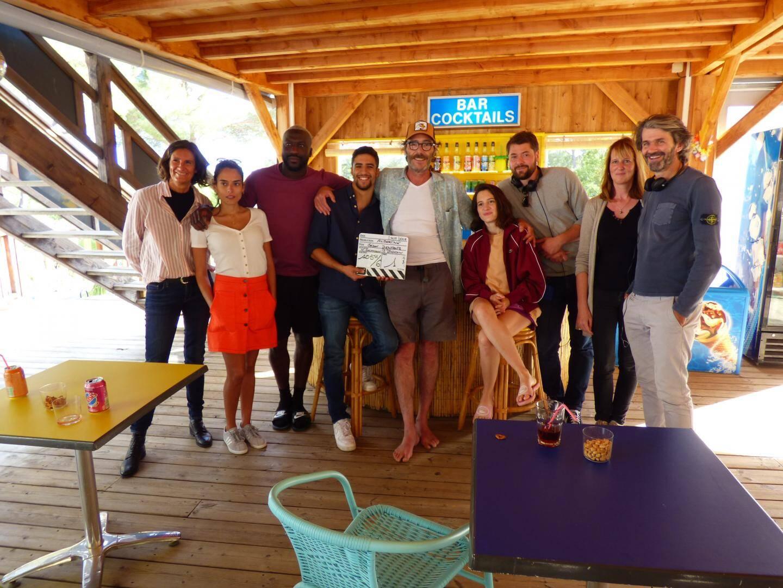 Les acteurs principaux des séquences croisiennes avec le réalisateur Nessim Chikhaoui (avec le casque) et les adjointes Stéphanie Mechin et Linda Tribet.