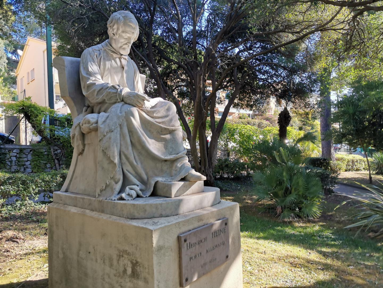 Sous le soleil et face à la mer, la statue du poète Heine est discrète: dans un coin du jardin d'acclimatation.