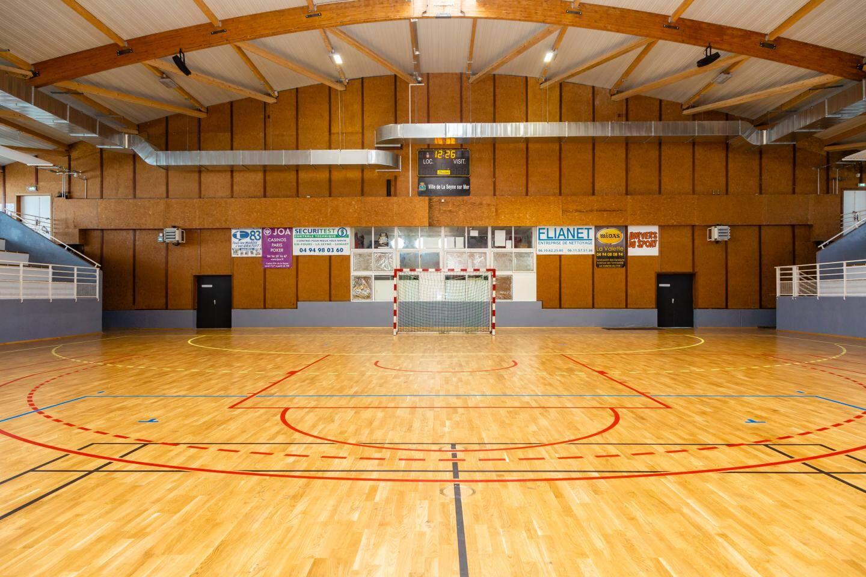 Dans la grande salle, le parquet et l'éclairage ont été changés et un nouveau chauffage installé.