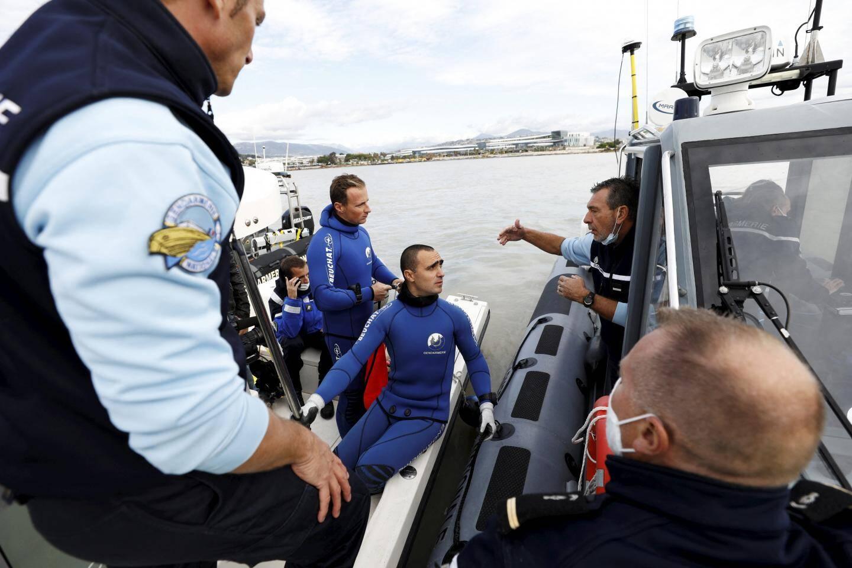 Gilles Falco, commandant de la brigade nautique de gendarmerie d'Antibes, coordonne sur l'eau l'action des techniciens de Strasbourg, qui pilotent le sonar, et celle de ses plongeurs.