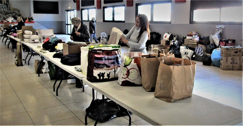 Nathalie Louis, adjointe, Leila Belfitah, conseillère et quelques bénévoles trient les dons en vêtements, draps, couvertures avant de les transporter.