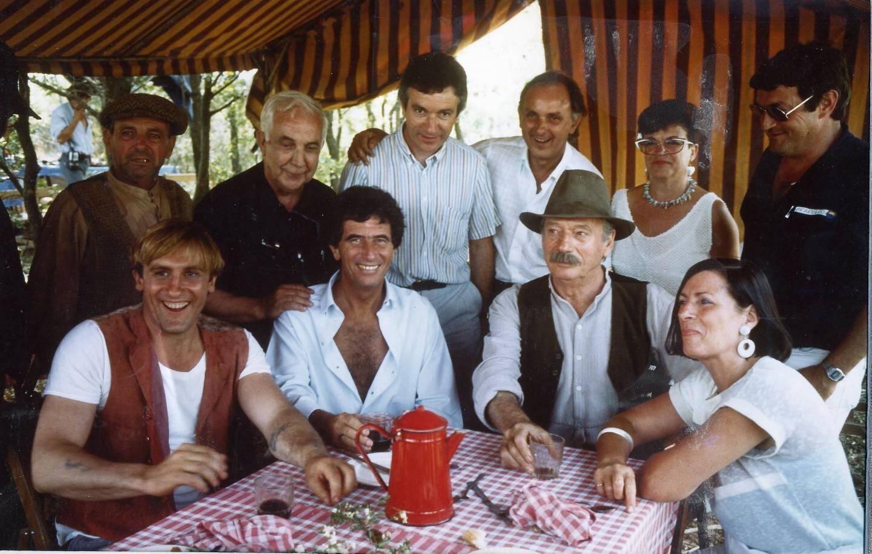 Sur cette photo souvenir, on reconnaît, assise  à droite Suzanne Arnaud, la maire; Gérard Depardieu, à gauche et Yves Montand, (3e à partir de la gauche). Et entre les deux : Jack Lang, alors ministre de la Culture.