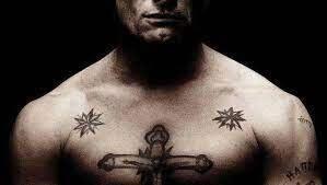 Ci-contre : les tatouages du suspect interrogent les enquêteurs.