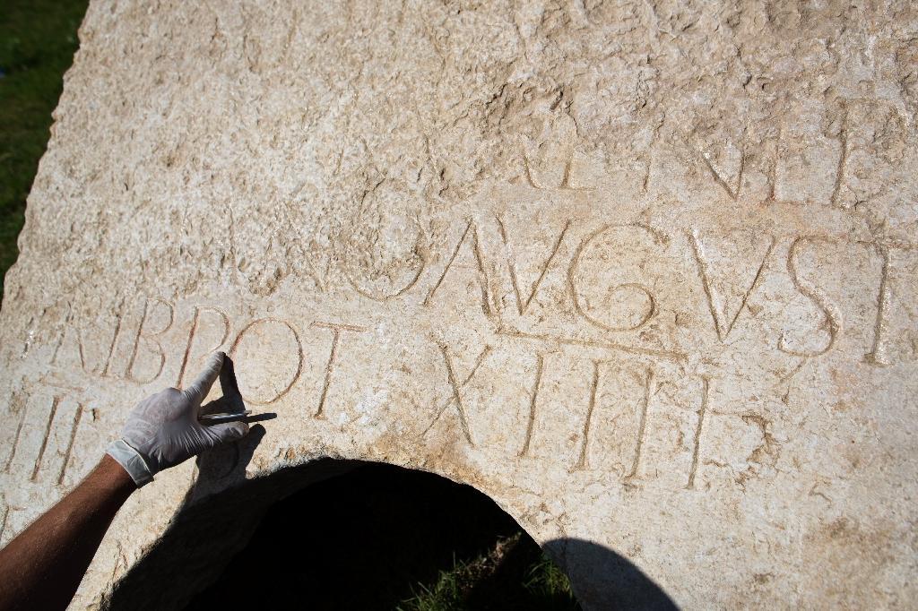 Une stèle avec une inscription en latin vieille de deux millénaires découverte à Jérusalem, le 21 octobre 2014