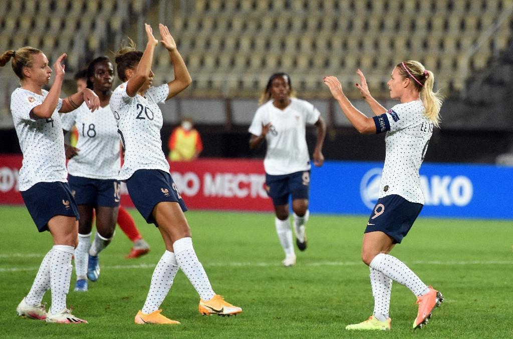 La capitaine des Bleus, Eugénie Le Sommer (droite), célèbre avec ses coéquipières l'un de ses deux buts, lors du match contre la Macédoine du Nord le 22 septembre 2020 à Skopje