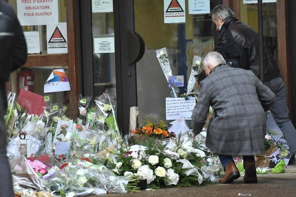 Hommage au professeur assassiné Samuel Paty devant le collège où il enseignait à Conflans-Sainte-Honorine le 20 octobre 2020