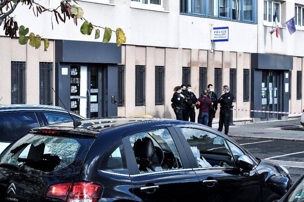 Des véhicules aux vitres brisées garés près de l'entrée du commissariat de police de Champigny-sur-Marne, le 11 octobre 2020