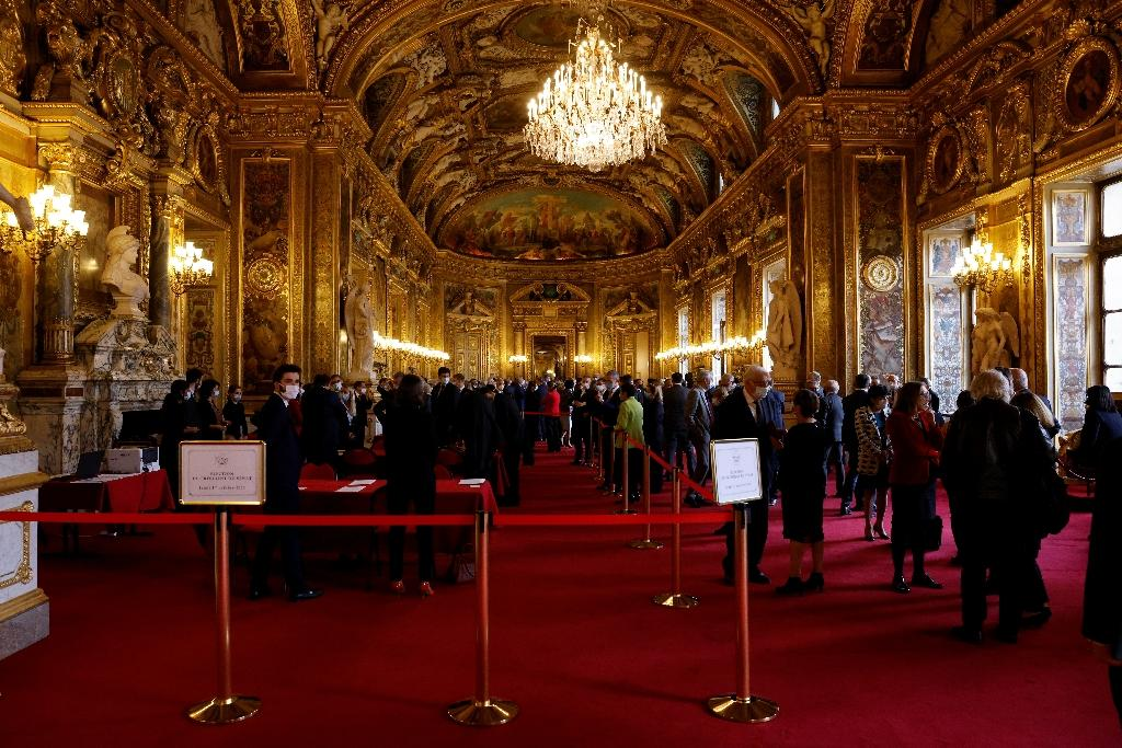 Les sénateurs dans le hall du Sénat dans l'attente du décompte des voix pour la réélection du président du Sénat, le 1er octobre 2020