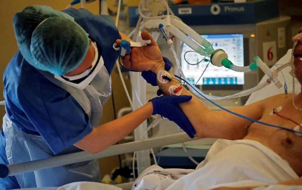 Soins intensifs pour un malade du Covid-19 le 7 avril 2020 à l'hôpital privé des Peupliers à Paris