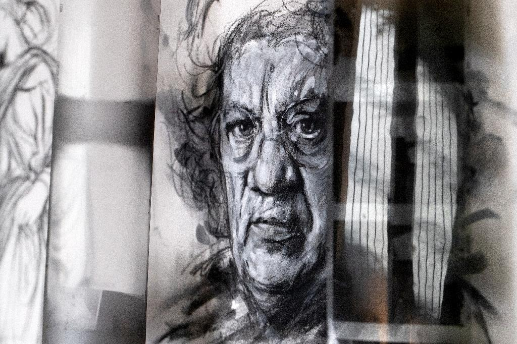 Un portrait du peintre et écrivain Henri Cueco dans l'atelier de l'artiste Ernest Pignon-Ernest, le 7 octobre 2020 à Ivry-sur-Seine, près de Paris