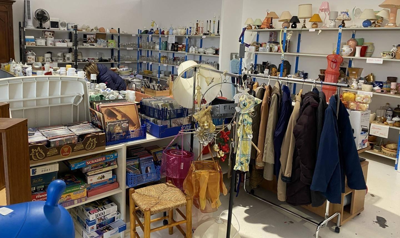 Le local de 200 m2 permet de stocker et de mettre à la vente, à petits prix, de très nombreux articles (vêtements, vaisselle, mobilier, etc.).