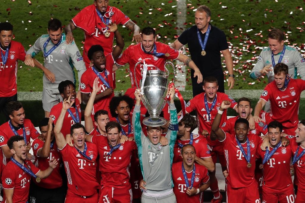 Le gardien du Bayern Munich Manuel Neuer soulève le trophée de la Ligue des champions, le 23 août 2020 à Lisbonne