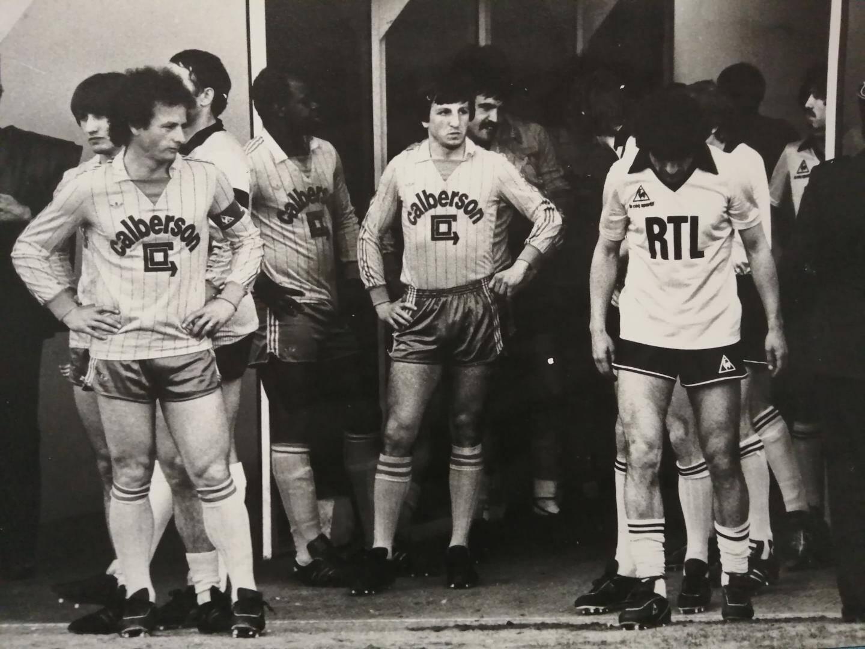 Alfano (au centre) ne lâche pas l'attaquant de Tours Delio Onnis du regard en quart de finale de la Coupe de France (81-82). Ce dernier deviendra plus tard son coéquipier à Toulon.