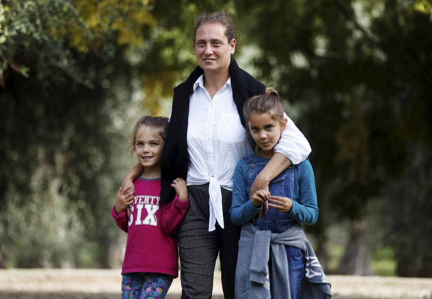 Marie-Pierre Forster, prof à Calmette, avec Manali et Hemangi. Sa maison est éventrée, son mari a perdu son travail.