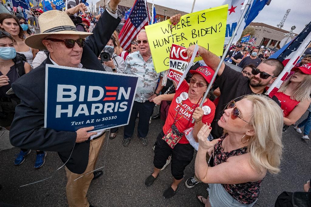 Un supporteur de Biden face à des supporteurs de Trump, devant un bâtiment officiel à Phoenix (Arizona), le 6 novembre 2020