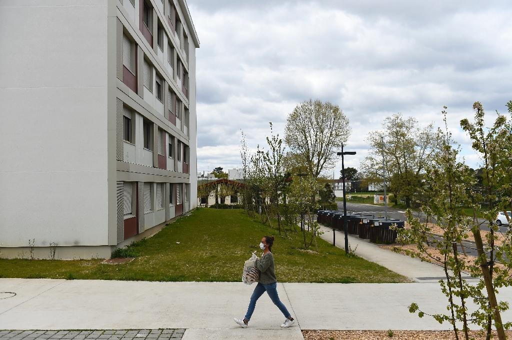 Une bénévole apporte des produits alimentaires pour des étudiants confinés le 1er avril 2020 dans une résidence universitaire de Bordeaux