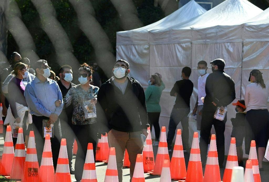 Des personnes attendent pour se faire dépister au Covid-19, le 24 novembre 2020 à San Fernando, en Californie