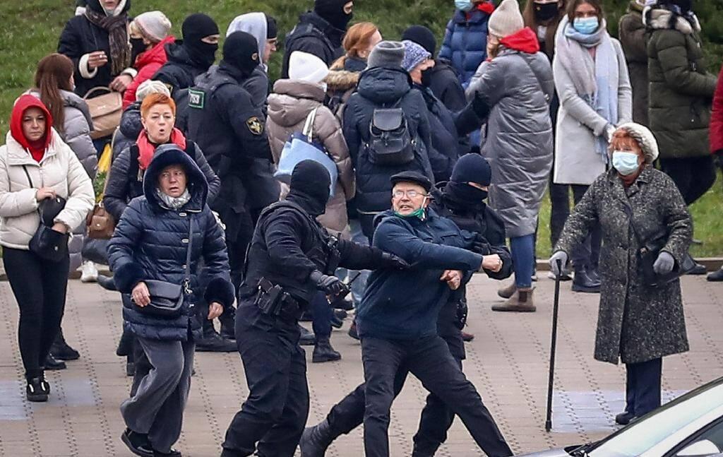 Des policiers arrêtent un partisan de l'oppostion lors d'un rassemblement à Minsk contre le résultat de la présidentielle, le 15 novembre 2020 au Bélarus