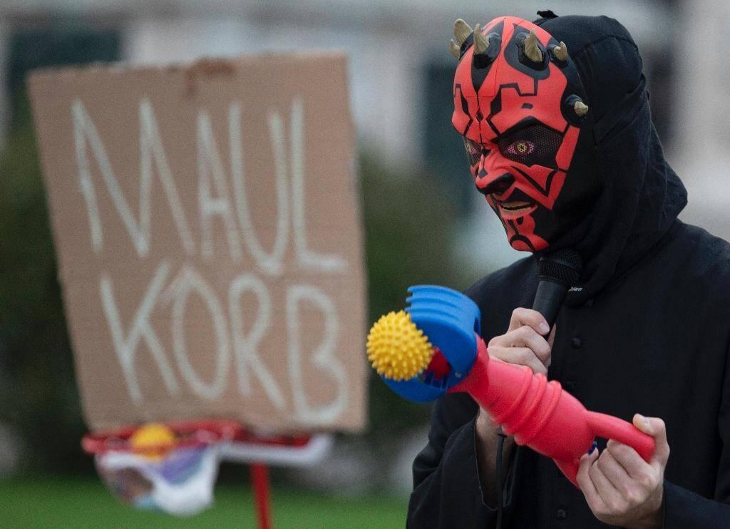Un homme déguisé en diable participe à une manifestation anti-restrictions liées au coronavirus devant le palais Hofburg à Vienne, Autriche, le 31 octobre 2020