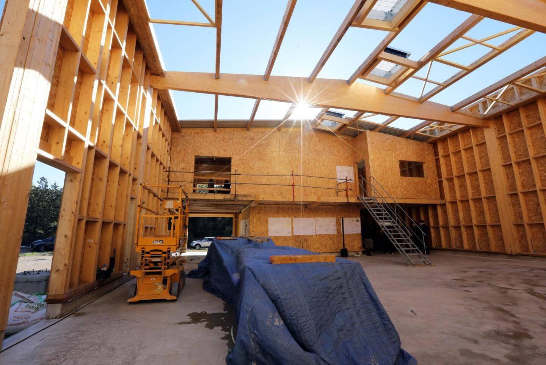 À l'intérieur de la structure, des murs et une charpente en bois.