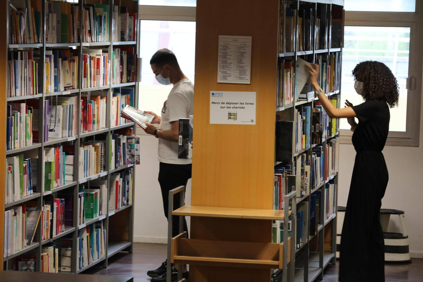 Librairies fermées? Qu'importe: les étudiants ont leur bibliothèque.