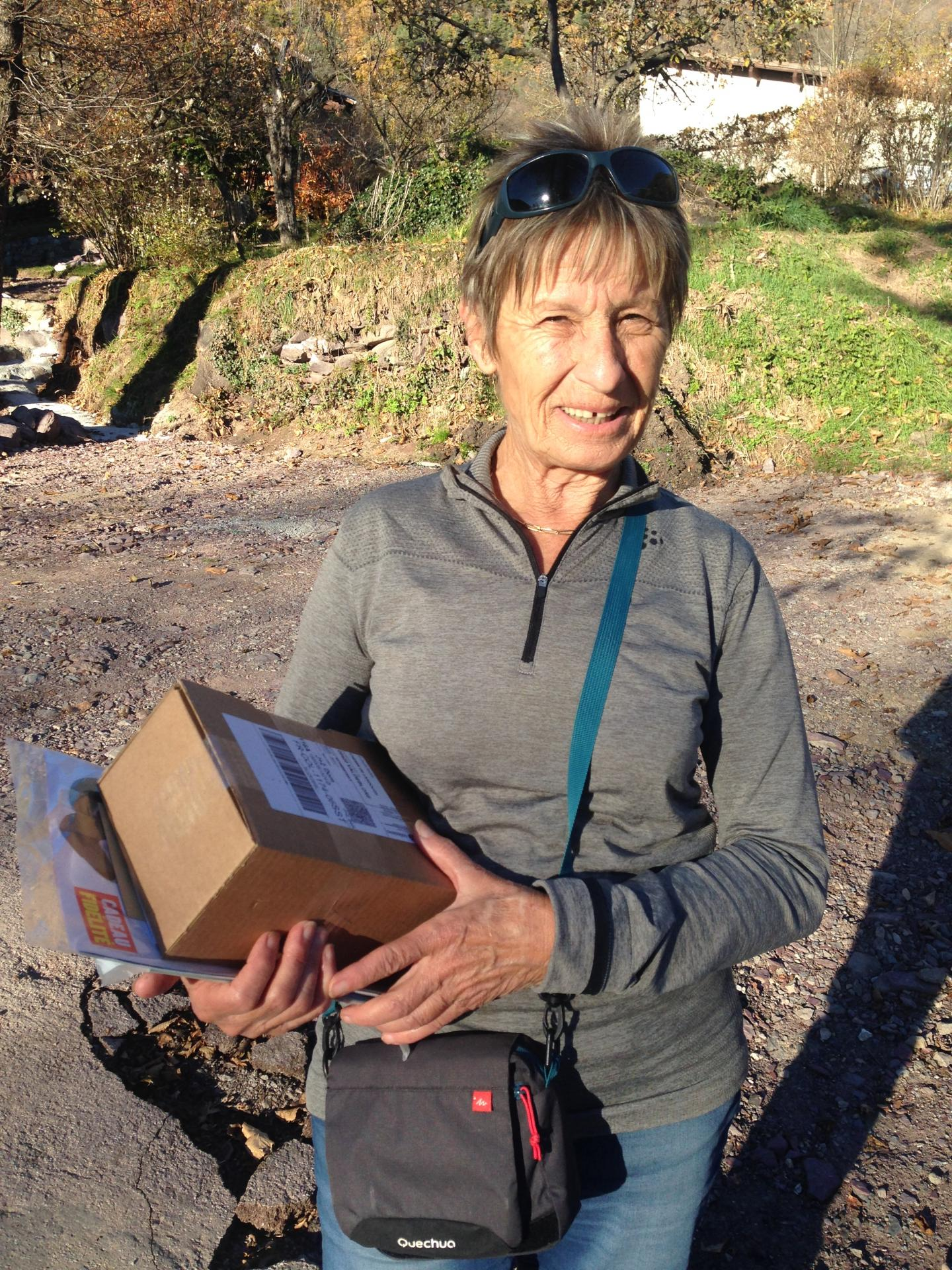 Annie distribue le courrier dans le quartier.