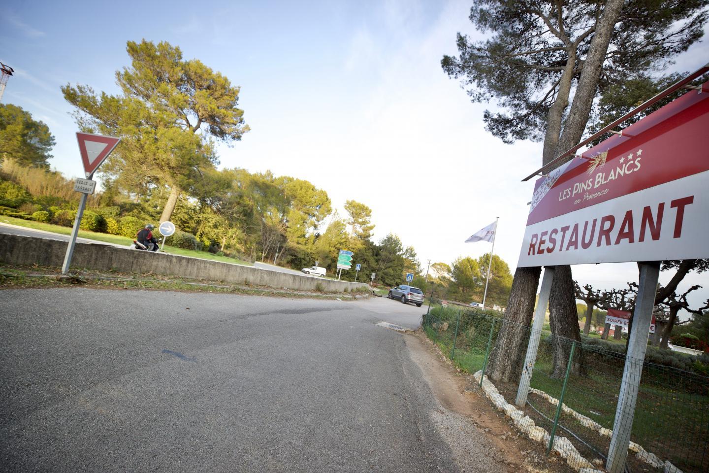 """Le gérant de l'hôtel-restaurant imagine même pouvoir renommé le rond-point """"Louis-de-Funès""""."""