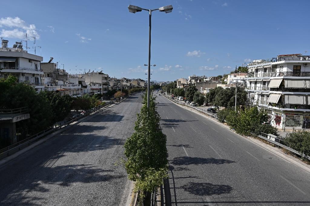 Avenue désertée dans le centre d'Athènes au premier jour du confinement le 7 novembre 2020