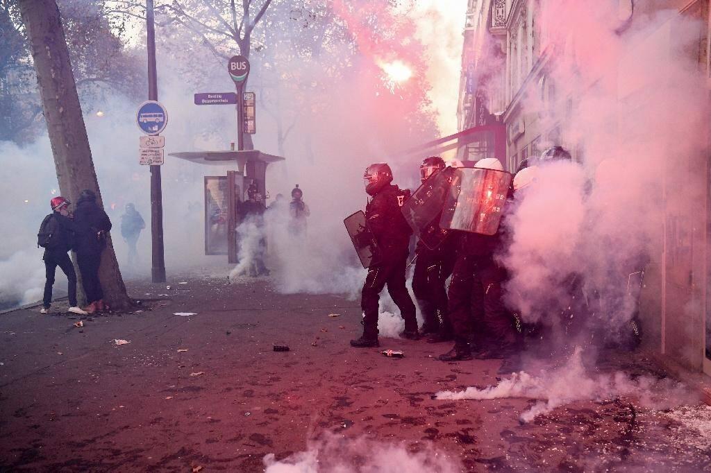 """Des policiers antiémeute se replient lors d'une manifestation contre la proposition de loi """"sécurité globale"""",  le 28 novembre 2020 à Paris"""