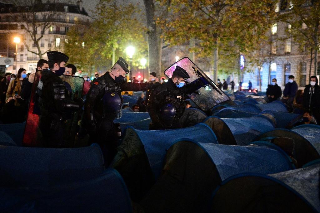 Les forces de l'ordre évacuent montent un nouveau campement de migrants place de la République, le 23 novembre 2020 à Paris