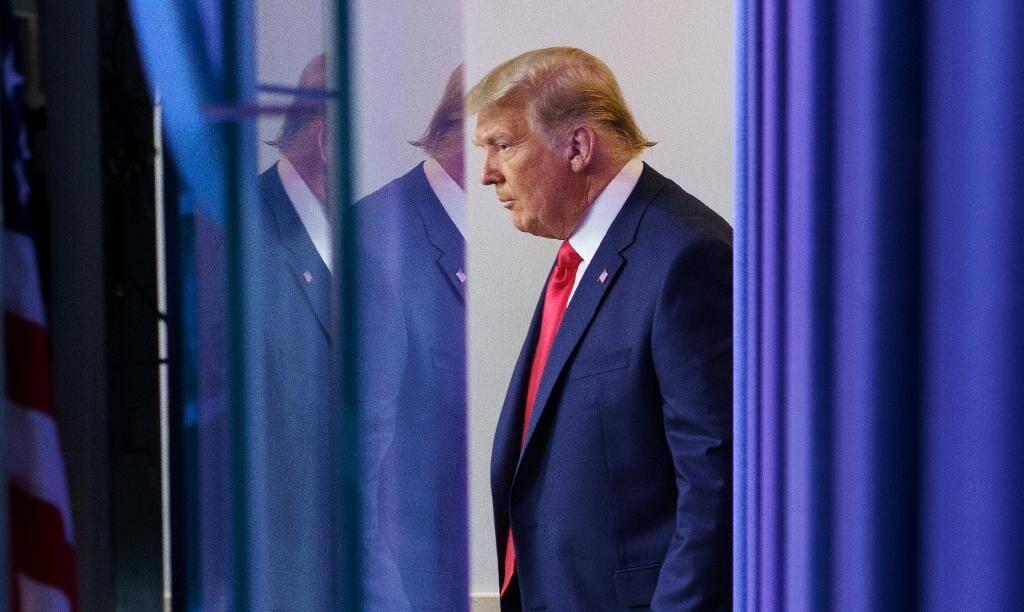 Donald Trump arrive pour un discours non annoncé dans la salle de presse de la Maison Blanche, le 24 novembre 2020