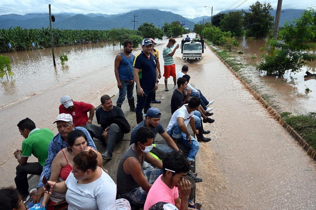 Des habitants évacués par camion après le passage de l'ouragan Eta, le 6 novembre 2020 à El Progreso, au Honduras
