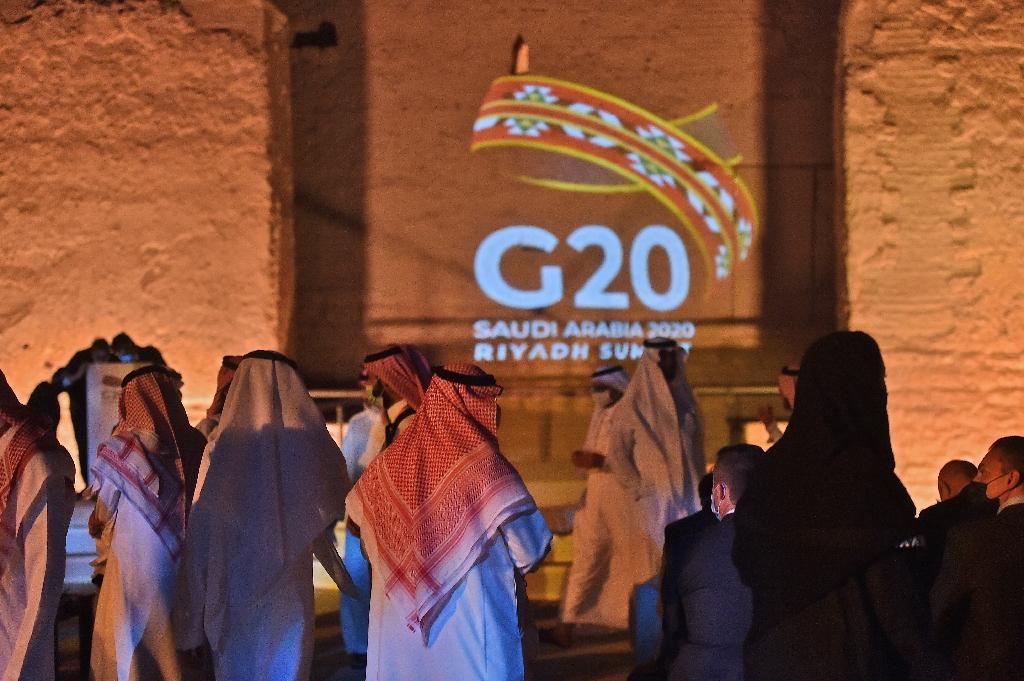 Le logo du G20 est projeté sur un site historique dans la banlieue de Riyad pour marquer l'ouverture du Sommet, le 20 novembre 2020
