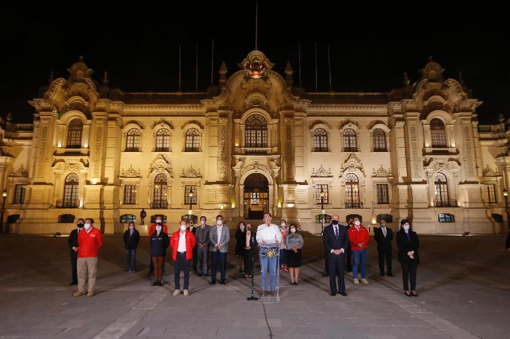 Martin Vizcarra (c, en blanc) et son entourage politique après sa destitution, devant le palais présidentiel à Lima, le 9 novembre 2020