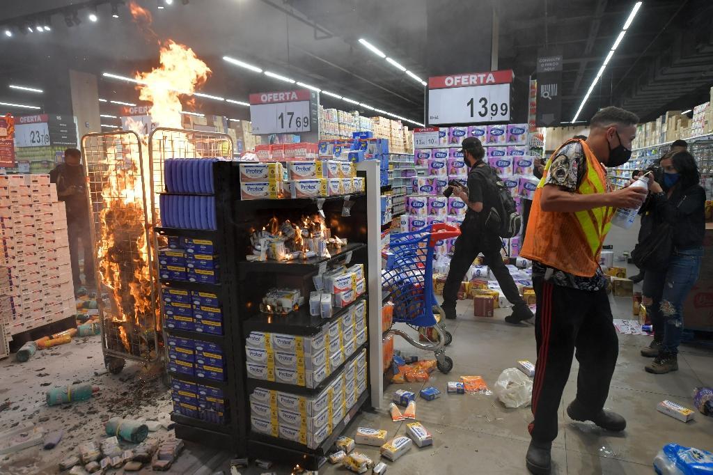 Saccage d'un supermarché Carrefour à Sao Paulo, le 20 novembre 2020