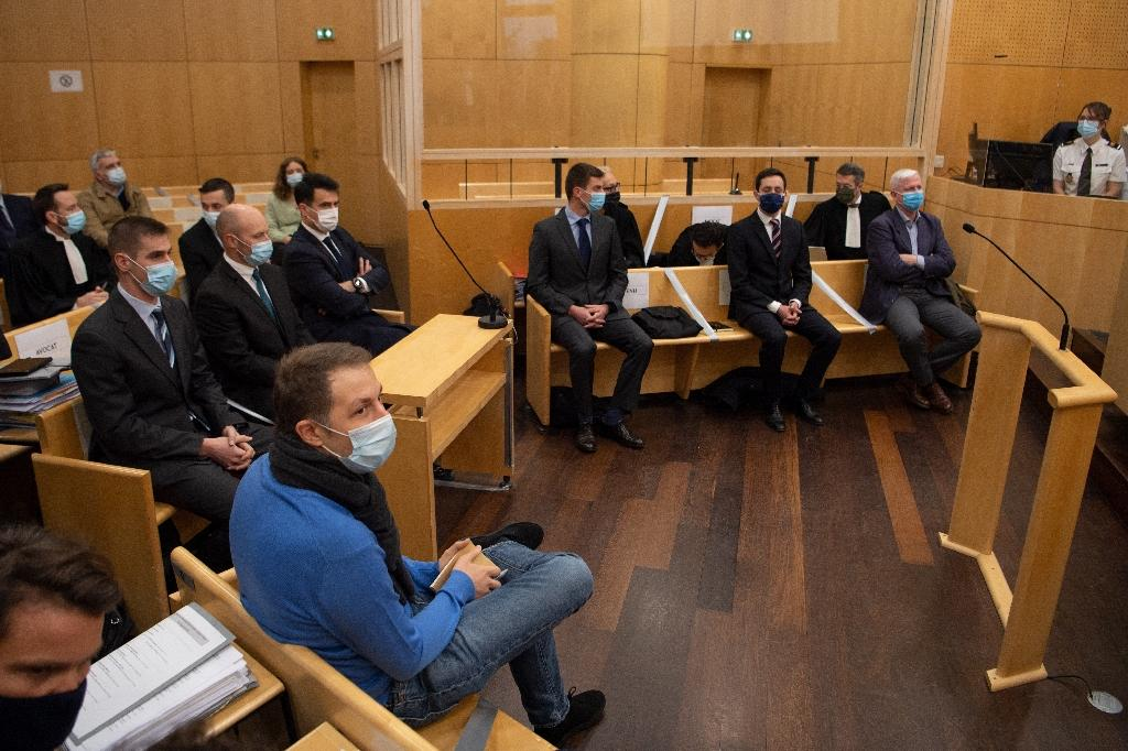 L'acteur Rachid Hami (c), frère du sous-lieutenant Jallal Hami mort noyé en 2012 lors d'une soirée d'intégration à l'école de Saint-Cyr Coeëtquidan, et les sept militaires accusés d'homicide involontaire, le 23 novembre 2020 au tribunal correctionnel de Rennes