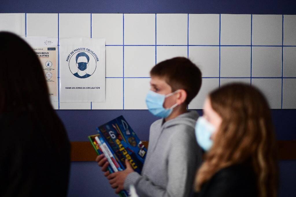 Des élèves ont revêtu un masque dans un collège à Vincennes (Val-de-Marne), le 1er septembre 2020