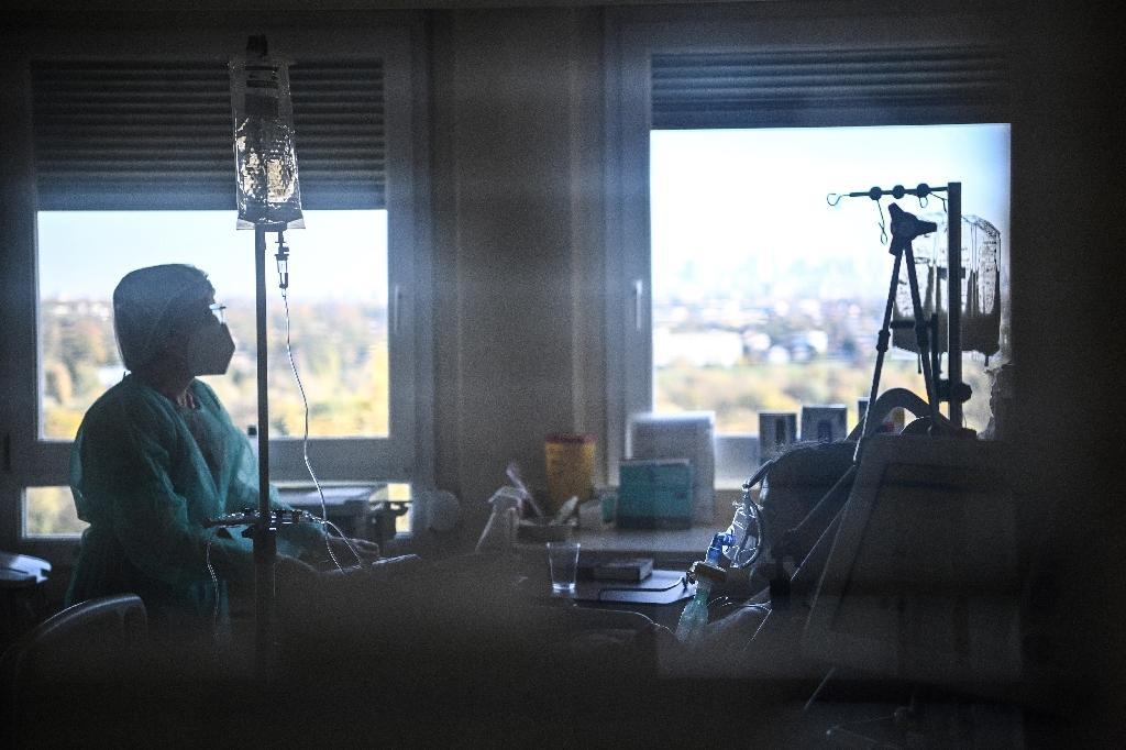 Une infirmière s'occupe d'un malade du Covid dans une unité de soins intensifs au  Centre Hospitalier de l'Europe à Port Marly, le 7 novembre 2020
