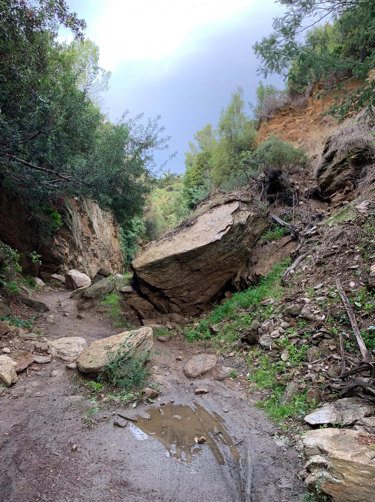 En 2013, un bloc de roche était venu barrer le sentier.
