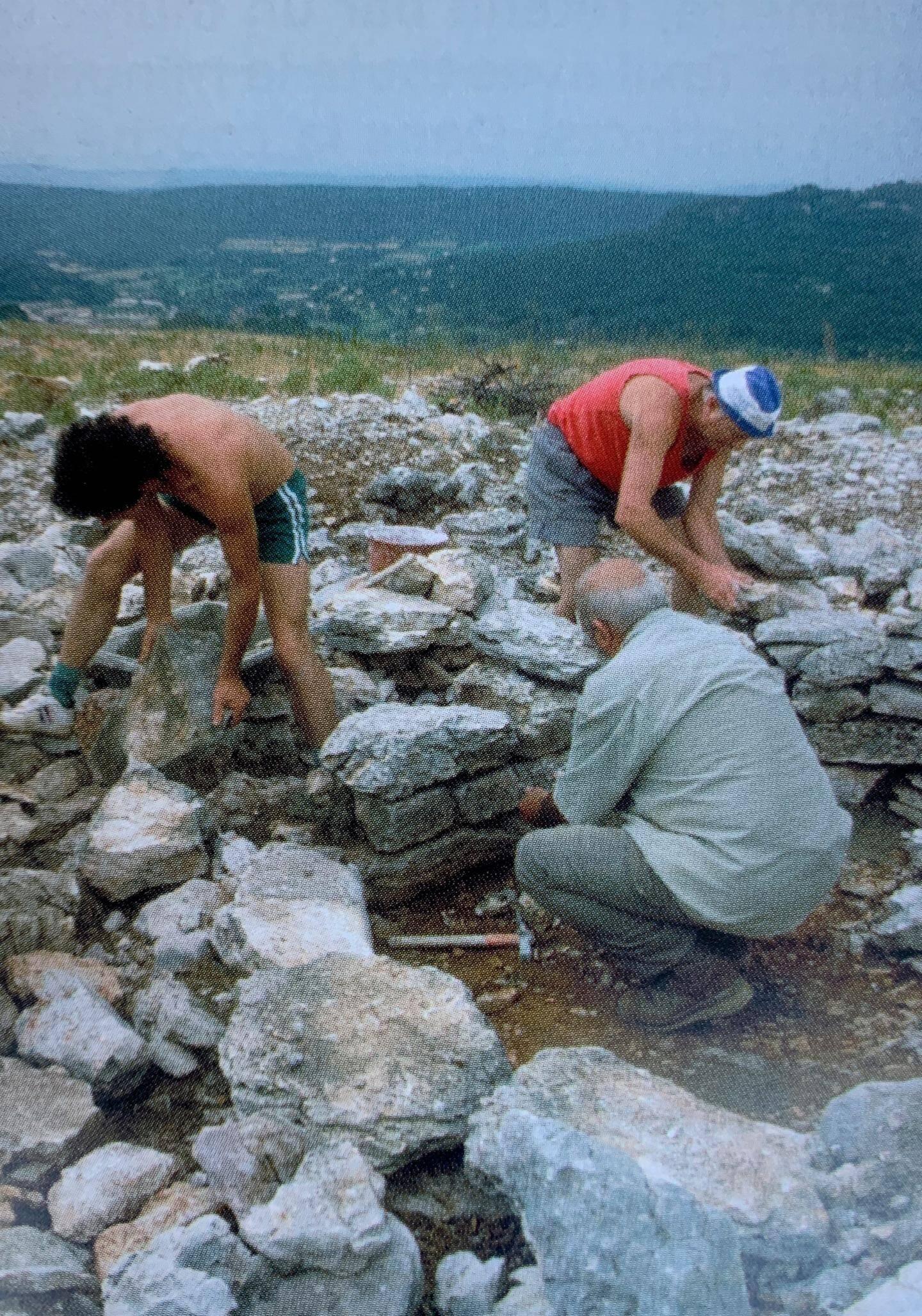 Des archéologues autour de la Tholos de La Lauve à Salernes
